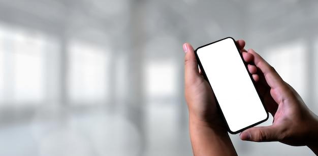 Close-upbeeld van mannelijke handen met smartphone sms bericht op de chatmens die een sms-bericht aan zijn vrienden typen