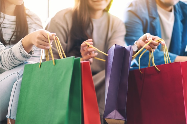 Close-upbeeld van mensen die boodschappentassen bij elkaar houden