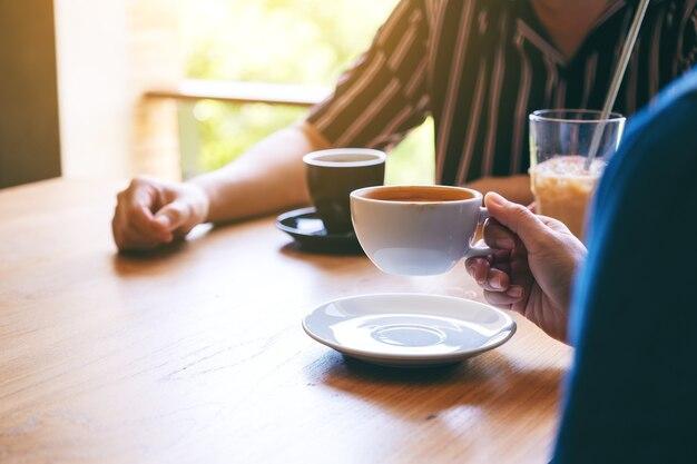 Close-upbeeld van mensen die graag samen koffie drinken