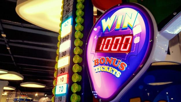 Close-upbeeld van neonvertoning die jackpot in casino of loterij bij pretpark toont
