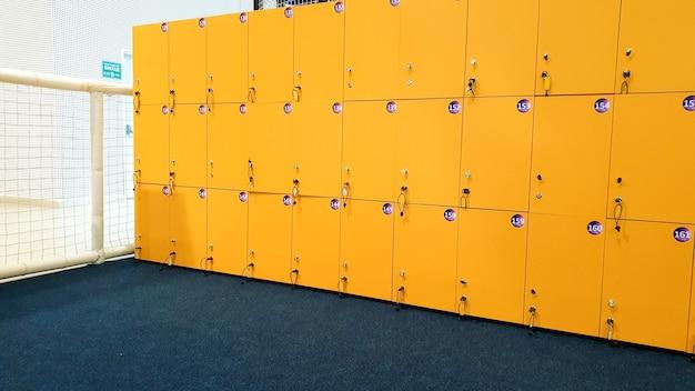 Close-upbeeld van rechte lange rijen gele kluisjes in de school of universiteit
