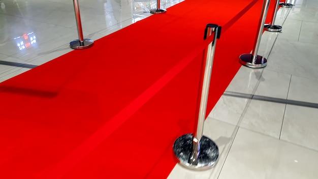 Close-upbeeld van rode loperweg en barrières bij de opening van de gala-prijsuitreiking voor beroemdheden