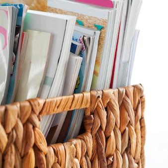 Close-upbeeld van tijdschriften in een doos