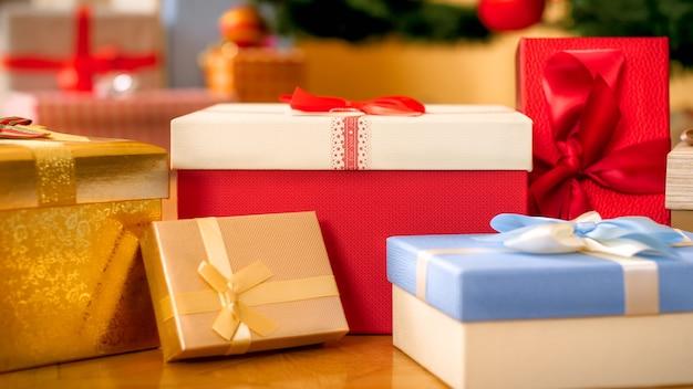 Close-upbeeld van veel dozen met geschenken en cadeautjes op de vloer in de woonkamer van het huis