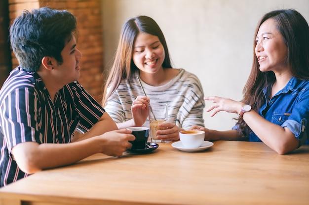 Close-upbeeld van vrienden die genoten hebben van praten en samen koffie drinken in café