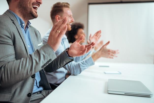 Close-upbeeld van zakenlui handen slaan na bedrijfsseminarie of presentatie.