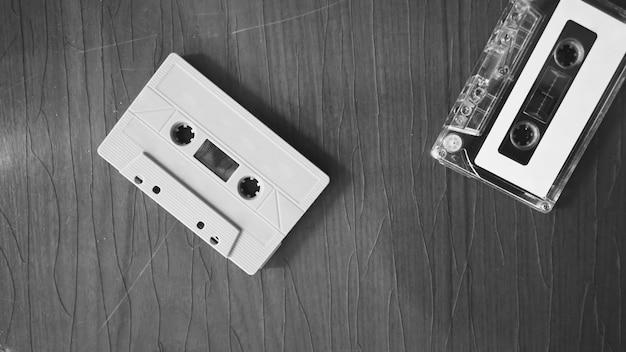 Close-upbeelden van cassettebandje op retro houten tafel vertegenwoordigen een nostalgische sfeer of moment tot de jaren 80