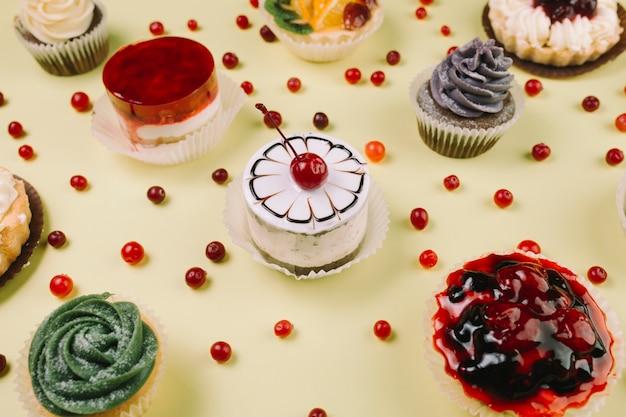 Close-upbessen dichtbij cakes