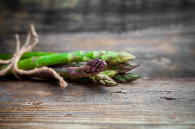 Close-upbos van asperge op houten achtergrond. horizontaal