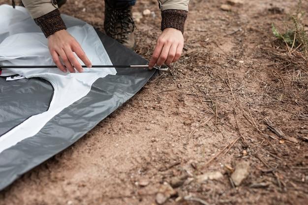 Close-upcamper die een tent opzetten