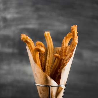 Close-upchurros in een glas met vage achtergrond