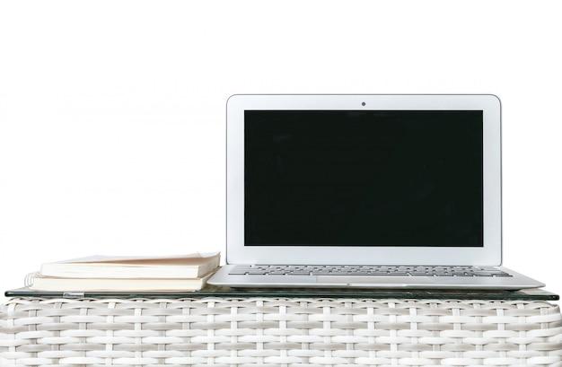 Close-upcomputer op houten weefsellijst die op witte achtergrond wordt geïsoleerd