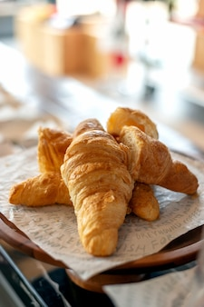 Close-upcroissant in bakkerijwinkel