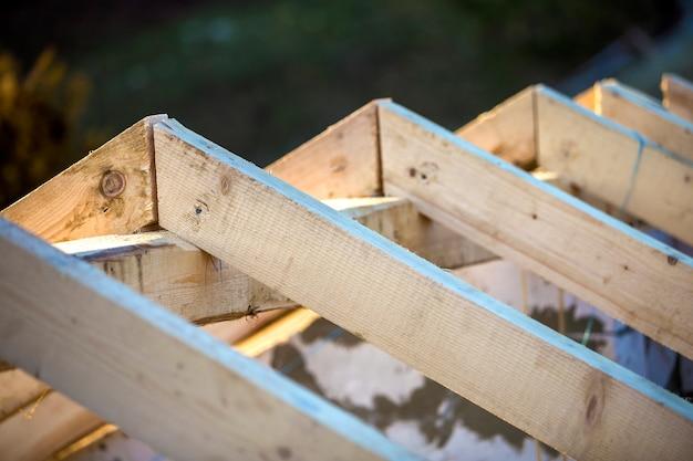 Close-updetail van dakframe van ruwe houten timmerhoutbalken op nevelig berglandschap op ecologisch gebied. bouwen, dakbedekking, constructie en renovatie concept.