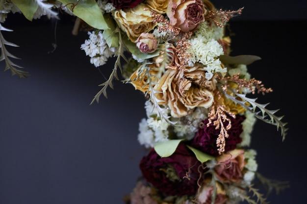 Close-updetail van een uitstekende kroon van droge bloemen in pastelkleuren, selectieve nadruk
