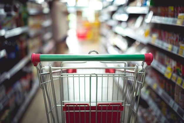 Close-updetail van een vrouw die in een supermarkt winkelt