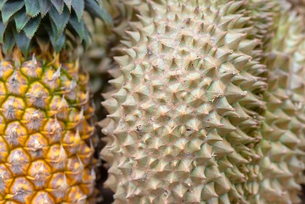 Close-updoornen van durian en ananas bij een straatmarkt in thais thailand