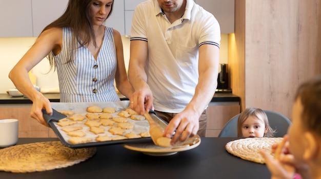 Close-upfamilie met koekjesdienblad