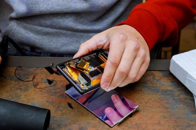 Close-upfoto's van proces van reparatie van mobiele telefoons