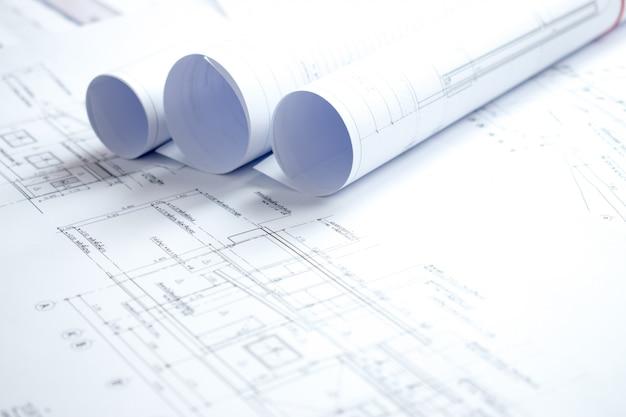 Close-upfoto's van veel huisplannen op een witte tafel.