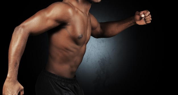 Close-upfoto van de jonge mens van de afro amerikaanse musculatuur