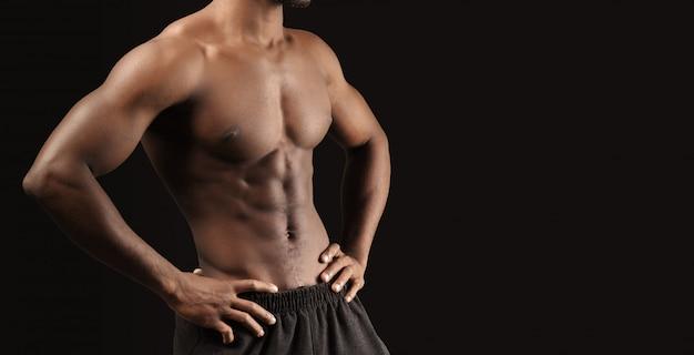 Close-upfoto van de jonge mens van de afro amerikaanse spier