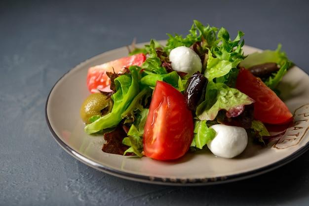 Close-upfoto van de verse salade van de de lentevitamine, gezond voedsel met groenten