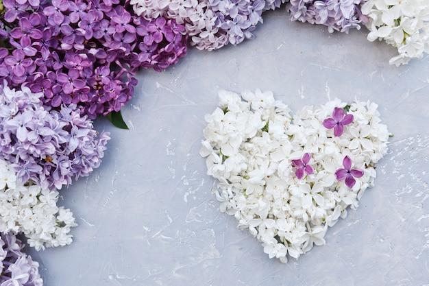 Close-upfoto van de witte en purpere vorm van het bloemenhart
