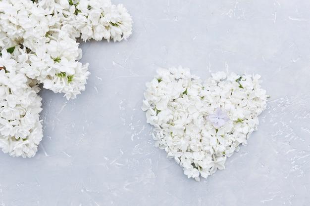 Close-upfoto van de witte vorm van het bloemenhart