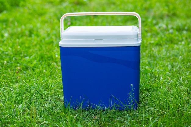 Close-upfoto van een koelkastzak op het gras