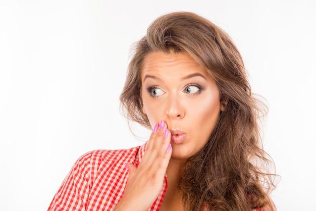Close-upfoto van een verraste jonge vrouw