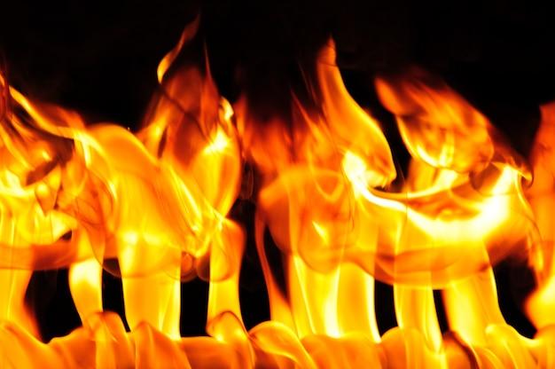 Close-upfoto van helder oranjegele vlam