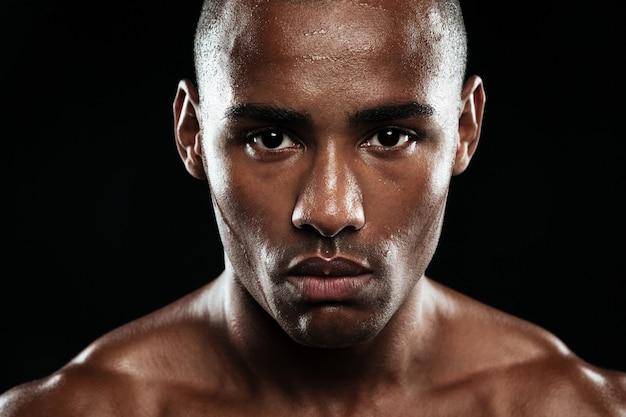 Close-upfoto van jonge afro amerikaanse vermoeide atleet