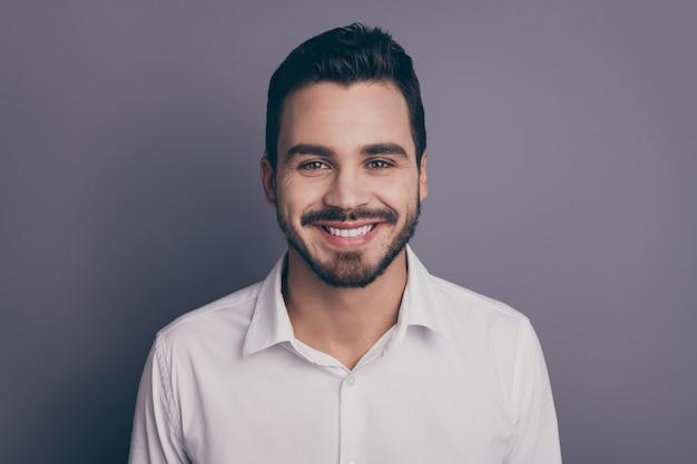 Close-upfoto van jonge macho zakenman brede glimlach