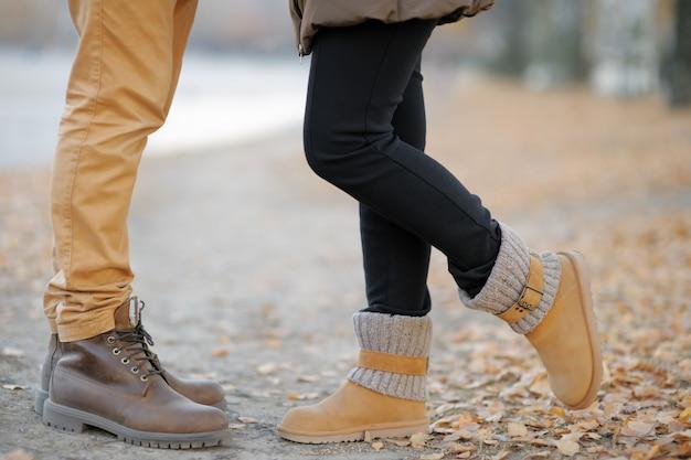 Close-upfoto van mannelijke en vrouwelijke benen tijdens een datum