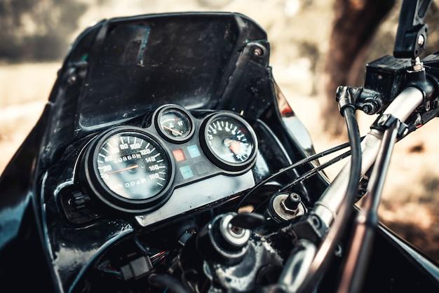 Close-upfoto van offroad motorfiets openlucht
