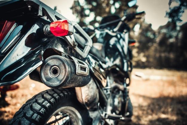 Close-upfoto van oude motorfiets openlucht
