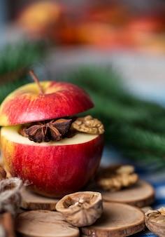 Close-upfoto van smakelijke gebakken appelen met kerstmisdecoratie