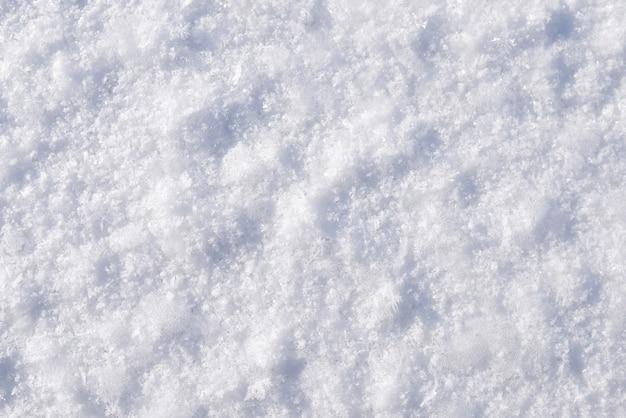 Close-upfoto van sneeuw en vorsttexturen op bevroren oppervlakte van de rivier