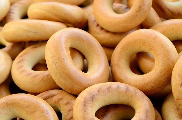 Close-upfoto van verse gele ongezuurde broodjes