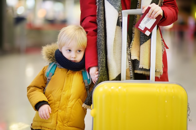Close-upfoto van vrouw met kleine jongen op de internationale luchthaven