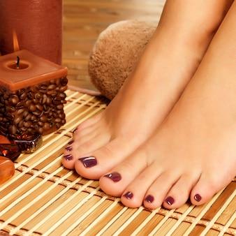 Close-upfoto van vrouwelijke voeten bij kuuroordsalon op pedicureprocedure - soft nadrukbeeld