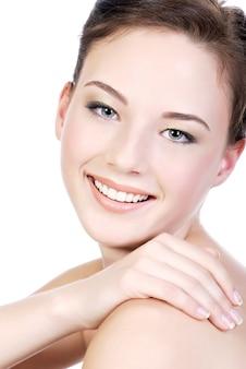 Close-upgezicht van een mooie tienervrouw met een goede witte huid