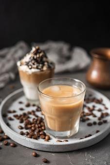 Close-upglas met ijskoffie en melk