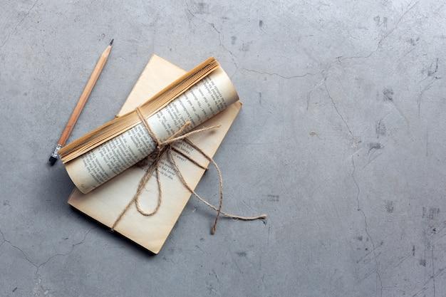 Close-upglazen, potlood en notitieboekje op cementvloer