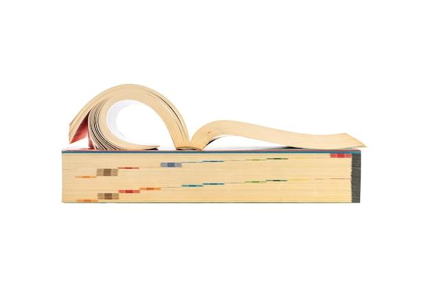 Close-upgroep gestapelde dikke geïsoleerde boeken.