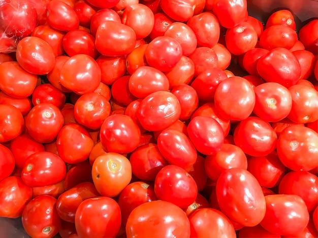Close-upgroep verse tomaat in de markt.