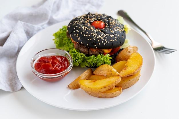Close-uphamburger met gebraden gerechten