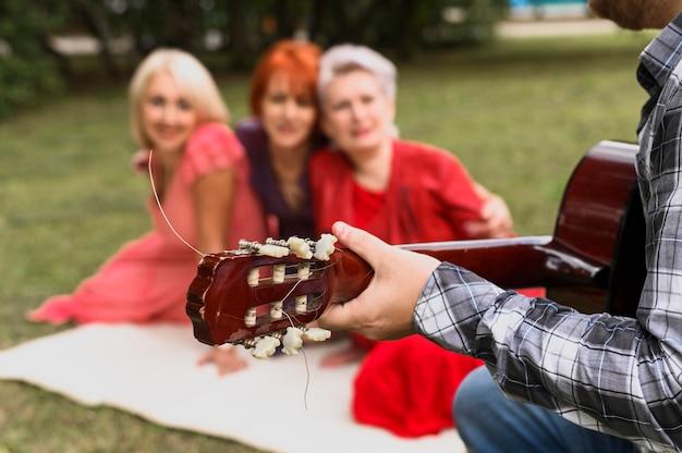 Close-uphand die akoestische gitaar houden