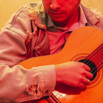 Close-uphand die akoestische gitaar spelen